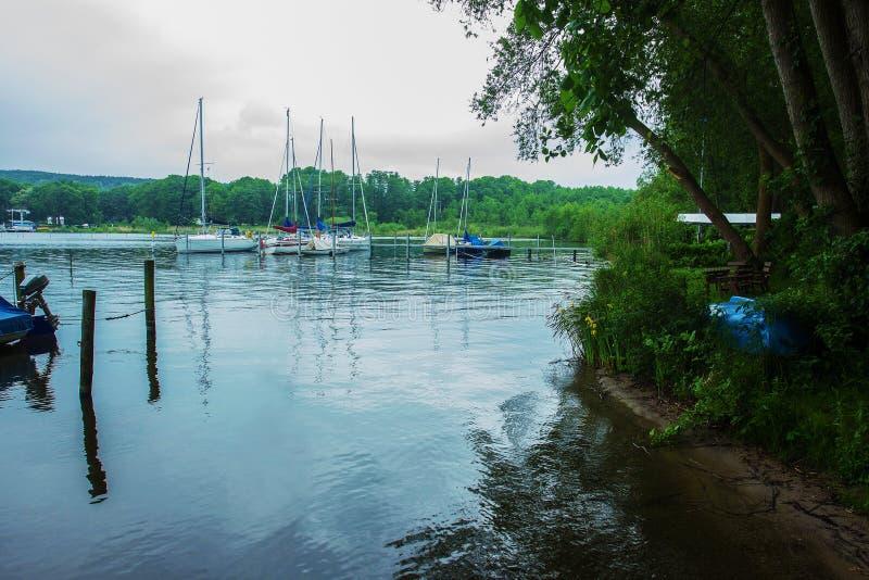 Vele sul lago vicino a Berlino immagini stock libere da diritti