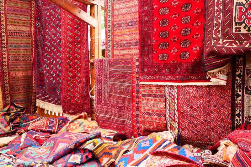 Vele tapijten op bazar het Midden-Oosten stock fotografie