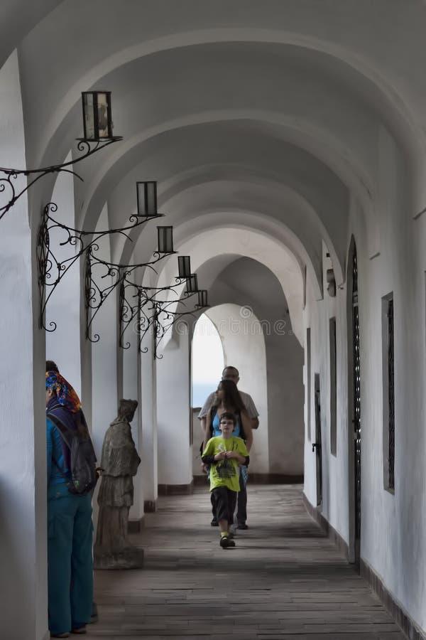 Vele toeristen die door de galerijen van Mukachevo Palanok lopen stock afbeelding