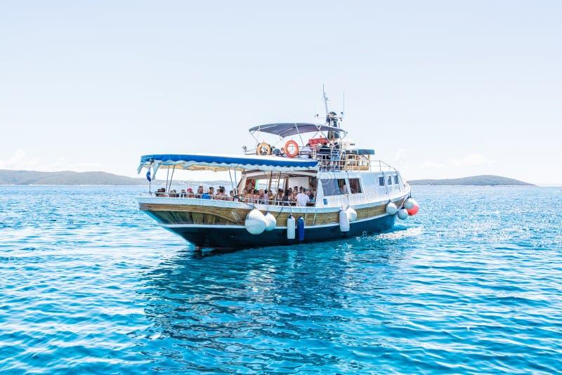 Vele toeristen op de cruise verschepen in Blauwe Lagune, Drvenik Veli, A stock afbeelding