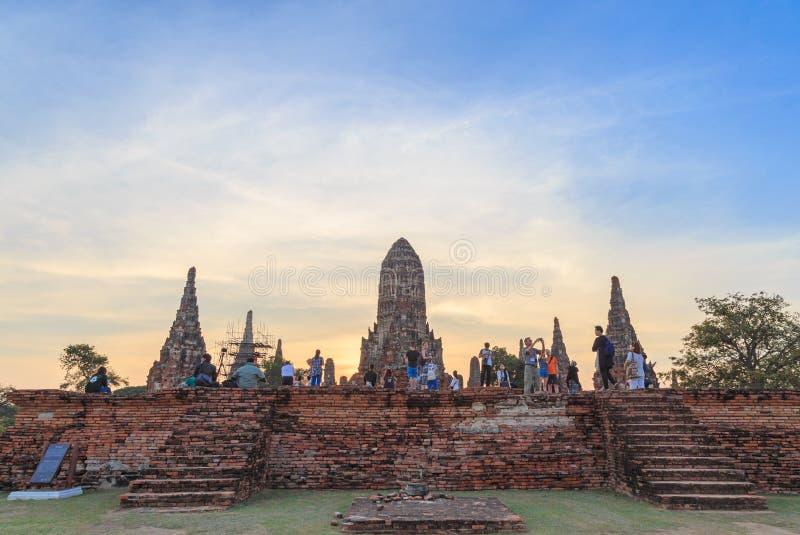 Vele toeristenreis en neemt een foto in Wat Chai Wattanaram bij stock fotografie