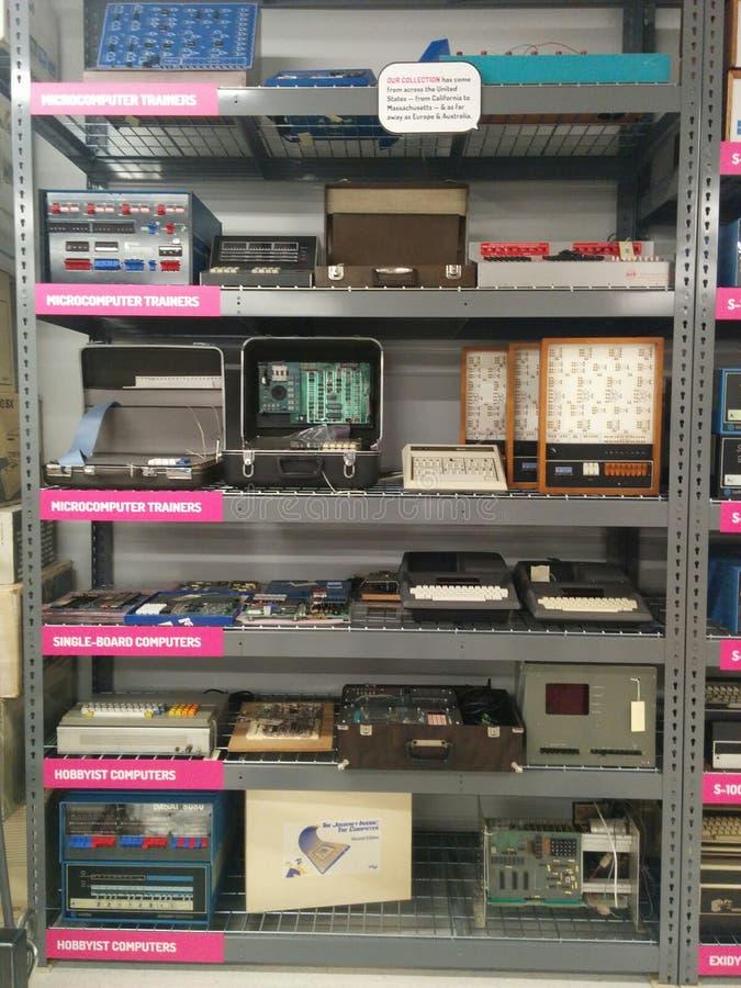 Vele uitstekende computers op een rek bij het het Leven Computermuseum royalty-vrije stock afbeeldingen