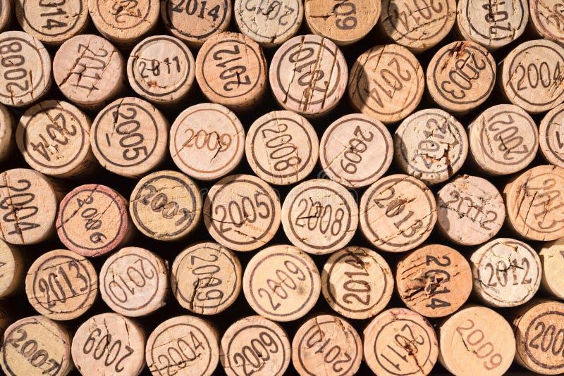 Vele verschillend kurkt van uitstekende wijnen stock foto's