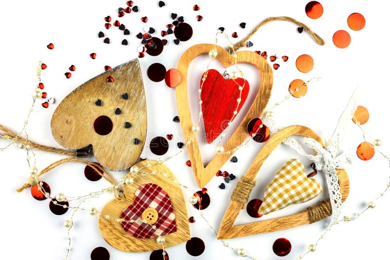 Vele verschillende decoratieve harten op hout stock afbeeldingen