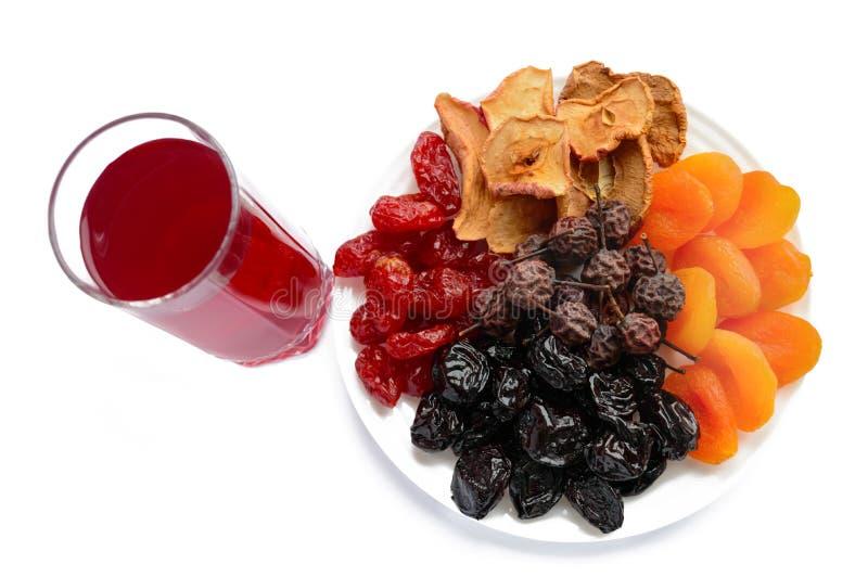 Vele verschillende droge vruchten droge abrikozen, appelen, peren, gedroogde pruimen op een witte plaat en een glas compote royalty-vrije stock foto