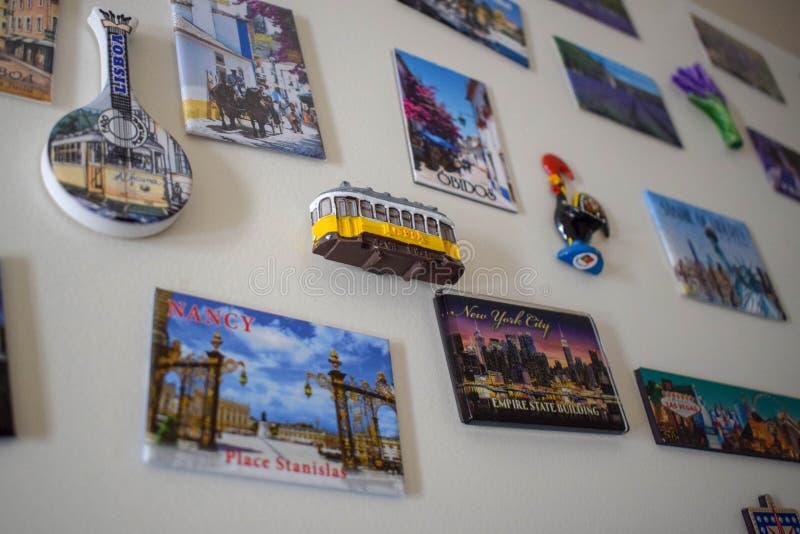 Vele Verschillende Herinneringen van de Reismagneet op Witte Koelkast, Deur royalty-vrije stock foto's