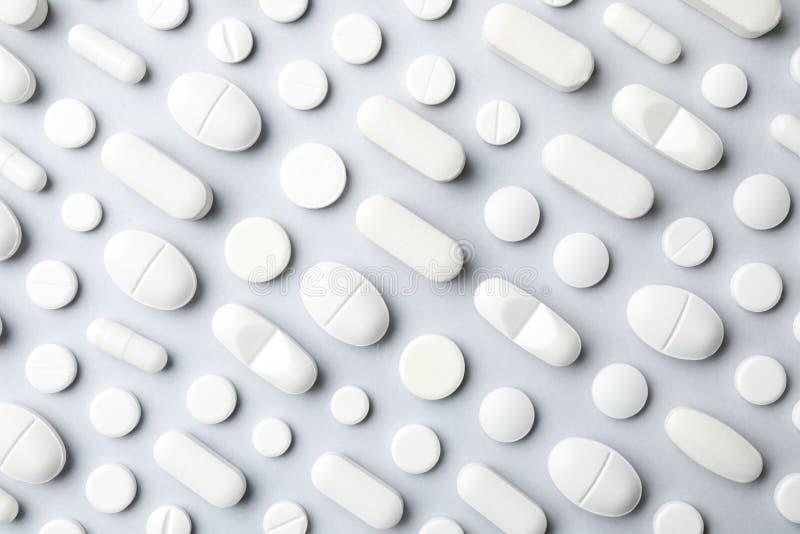 Vele verschillende pillen op grijze achtergrond stock afbeelding