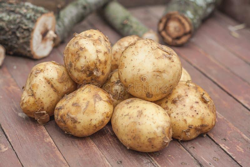 Vele Verse Aardappels op de bruine houten doos royalty-vrije stock afbeelding