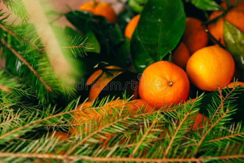 Vele verse mandarins en takken van Kerstboom op een houten achtergrond stock foto