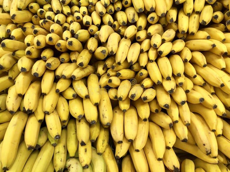 Vele verse vruchten gele bananen in supermarkt, voedselconcept stock foto