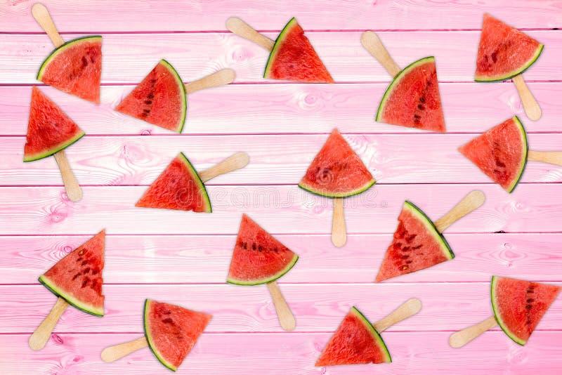 Vele verse watermeloenijslollys op roze houten planken, de zomerachtergrond royalty-vrije stock foto's