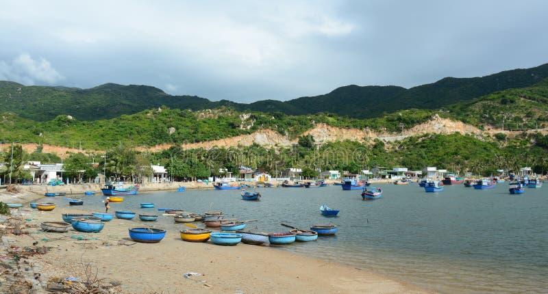 Vele vissersboten die bij de pijler in Phan dokken belden, Vietnam royalty-vrije stock foto