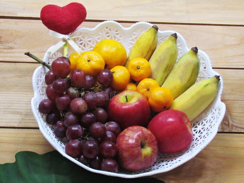 Vele vruchten die aan het lichaam voordelig zijn brengen in een wh samen royalty-vrije stock foto's