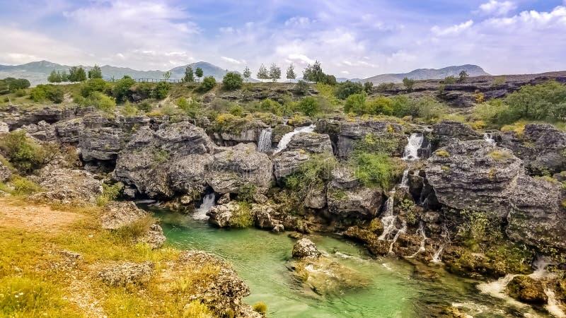 Vele watervallen van turkooise riviercijevna bij niagara valt bestemming in magische atmosfeer royalty-vrije stock fotografie