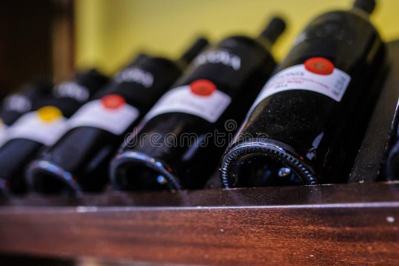 Vele wijnflessen op wijnplanken royalty-vrije stock afbeeldingen