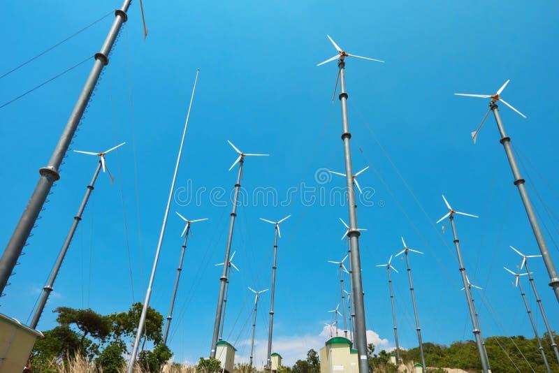 Vele windturbine die elektriciteit produceert royalty-vrije stock fotografie