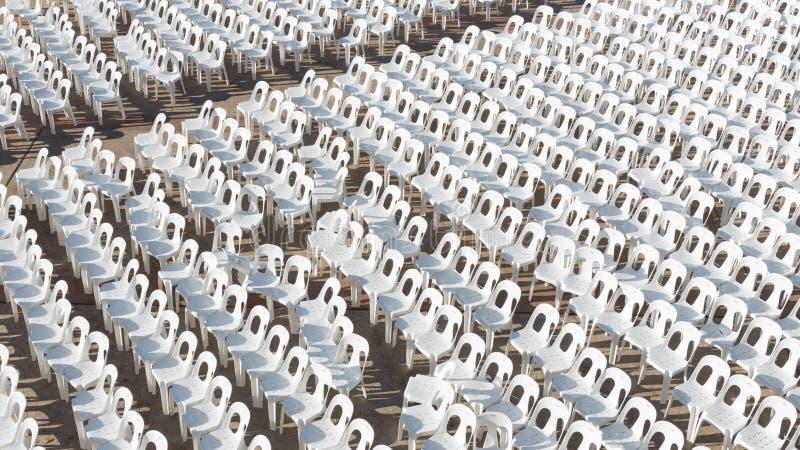 Vele Witte Plastic Stoelen stock foto
