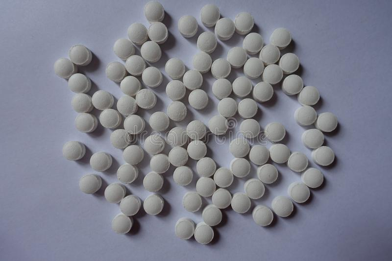 Vele witte tabletten van vitamine K van hierboven stock foto