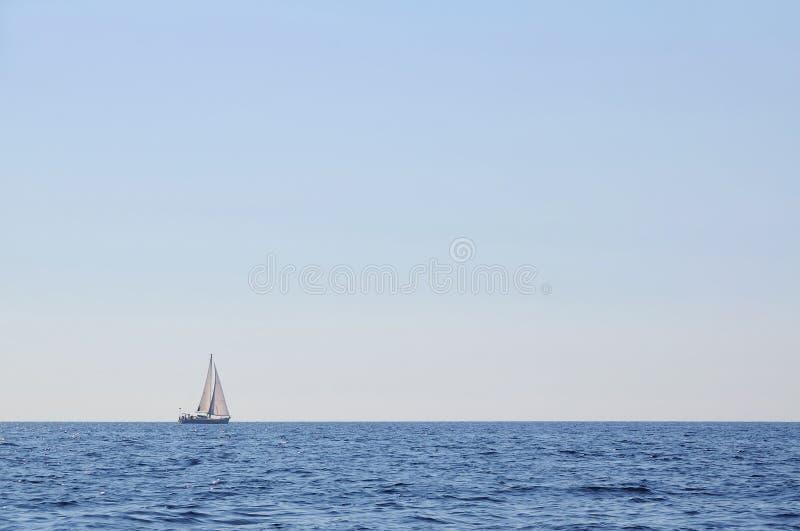 Veleiro apenas no mar aberto imagem de stock