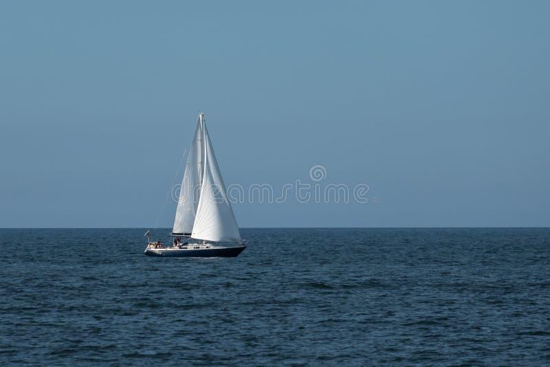 Veleiro azul no mar Báltico fotografia de stock royalty free