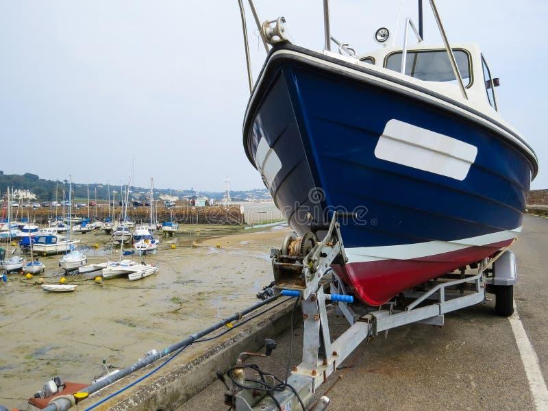 Veleiro em um reboque no porto St Aubin imagens de stock royalty free