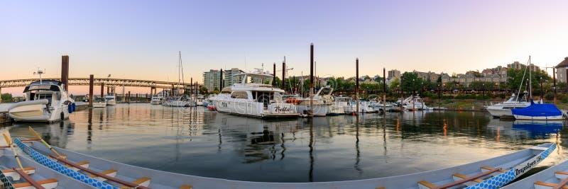 Veleiro entrado na margem do centro Marina Along Willamette River de Portland fotografia de stock royalty free