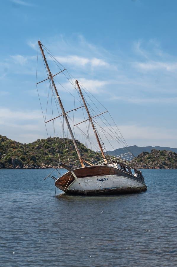 Veleiro inundado oxidado velho encalhado em um recife no mar, naufrágio, peru fotografia de stock