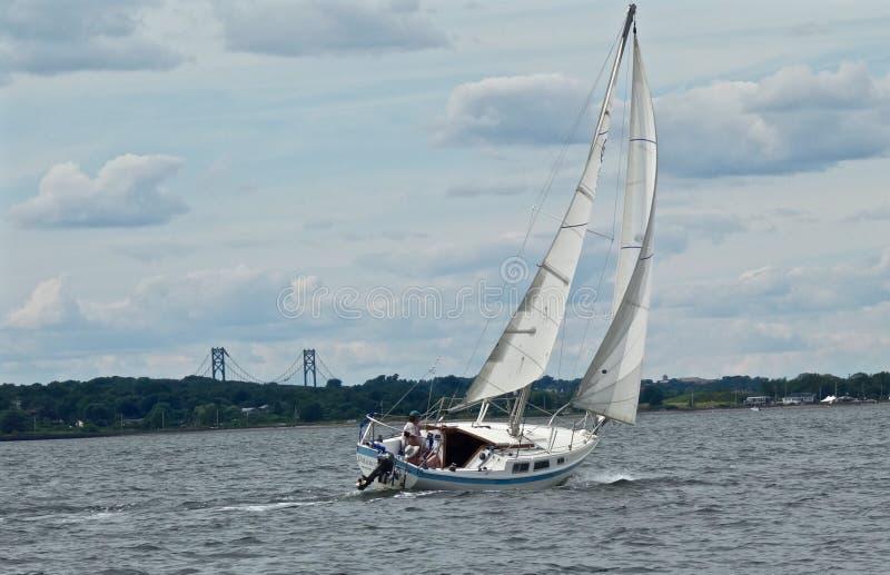 Veleiro na baía de Narragansett com Mt Ponte da esperança no fundo foto de stock royalty free