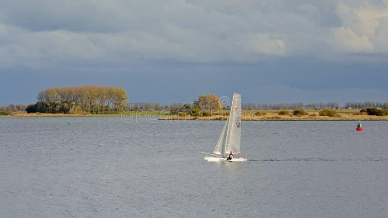 Veleiro no lago Veere, os Países Baixos fotografia de stock