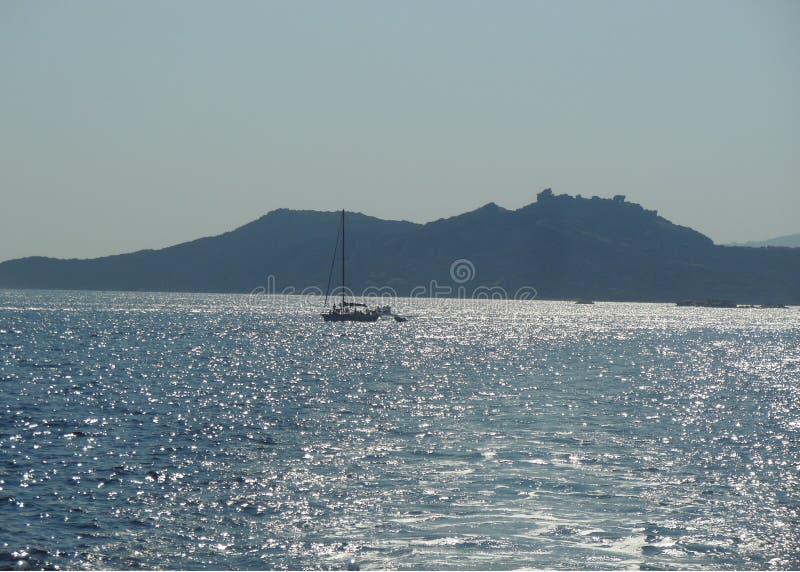 Veleiro no mar quieto no dia de verão ensolarado imagens de stock royalty free