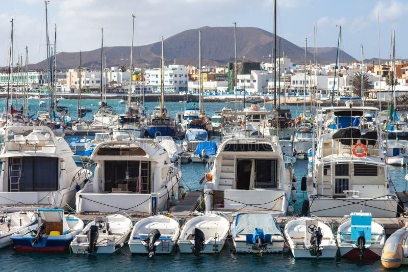 Veleiros e iate no porto imagens de stock royalty free