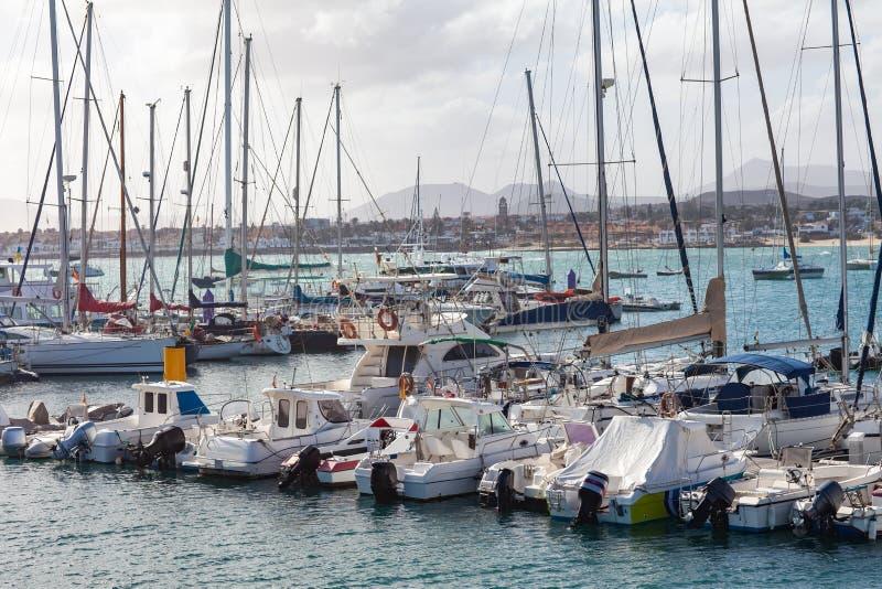 Veleiros e iate no porto em Puerto de Mogan, Gran Canaria, fotografia de stock royalty free