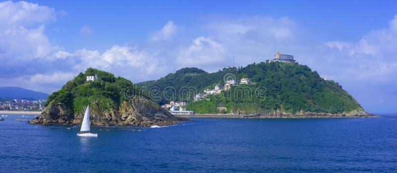 Veleiros na baía do Concha do La com a ilha Santa Clara, cidade de San Sebastian foto de stock