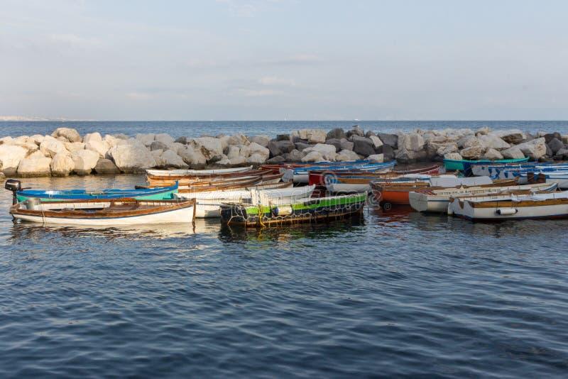 Veleiros na doca do mar Mediterrâneo Barcos no porto em Nápoles Napoli, Itália Conceito da navigação e do curso foto de stock