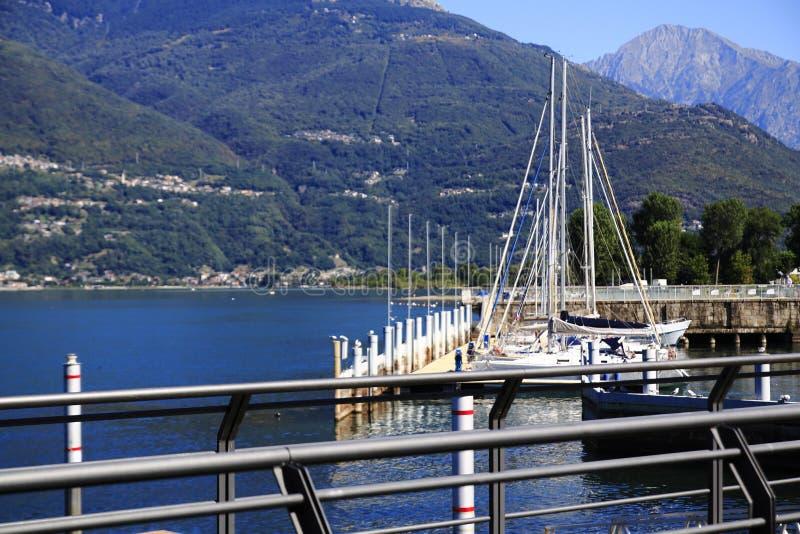 Veleiros, navios, no porto pequeno de Colico, lago Como, Itália foto de stock
