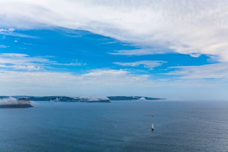 Veleiros que navegam através de baía quebrada imagem de stock royalty free