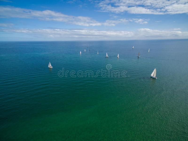 Veleiros que navegam na imagem da antena da península de Mornington imagem de stock