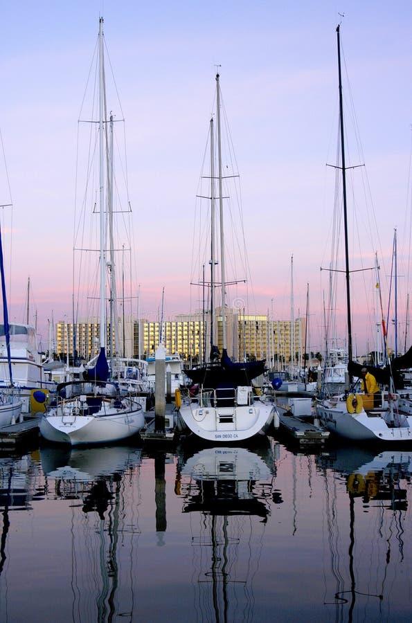 Veleiros todos seguros no porto e em suas docas em San Diego, Califórnia fotos de stock