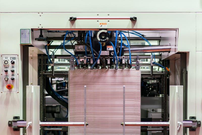 Velen behangen in modern en geavanceerd technisch van automatische publicatie of drukmachine royalty-vrije stock foto's