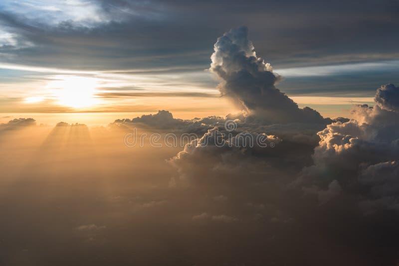 Velen betrekken in het Vliegen boven zonsopgang stock fotografie