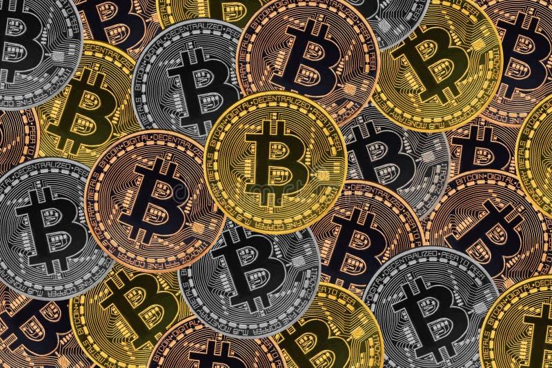 Velen bronzen, verzilveren en de gouden muntstukken met Bitcoin-teken, het is een cryptocurrencyachtergrond royalty-vrije illustratie