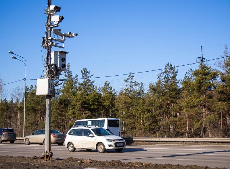 Velen controleren camera van verschillende systemen op de pijler aan de kant van de weg stock foto's