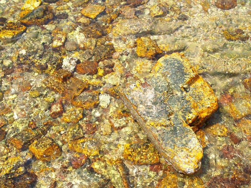 Velen gele rots, in het overzees stock foto's