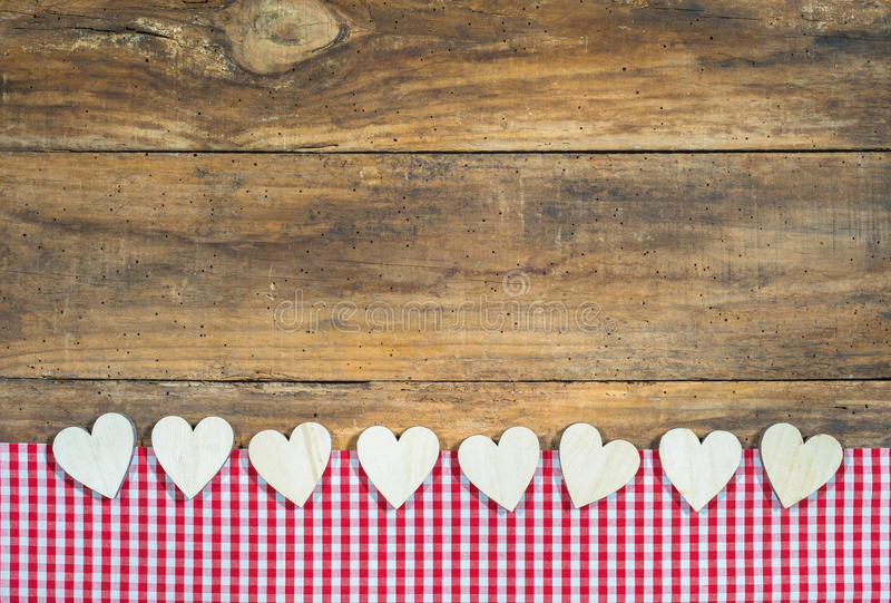 Velen houden harten van grens op rood geruit stof en hout royalty-vrije stock foto