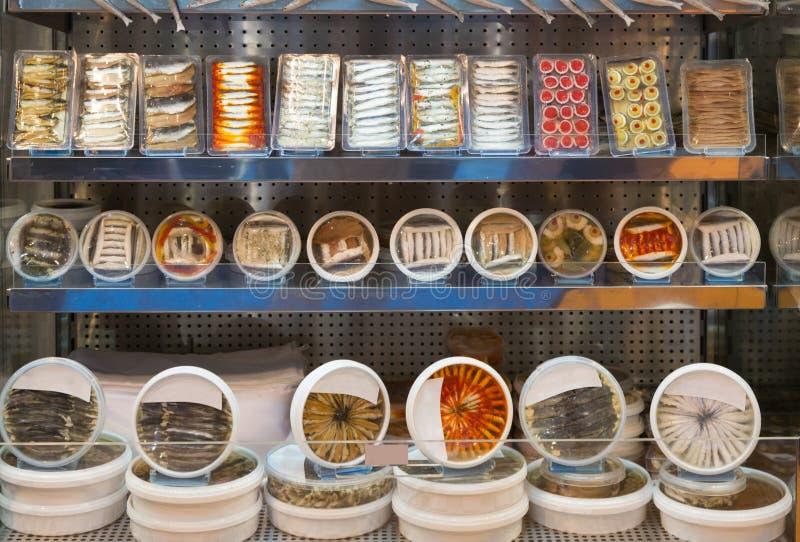 Velen ingepakte koele vissenvoorziening op winkelplank royalty-vrije stock fotografie