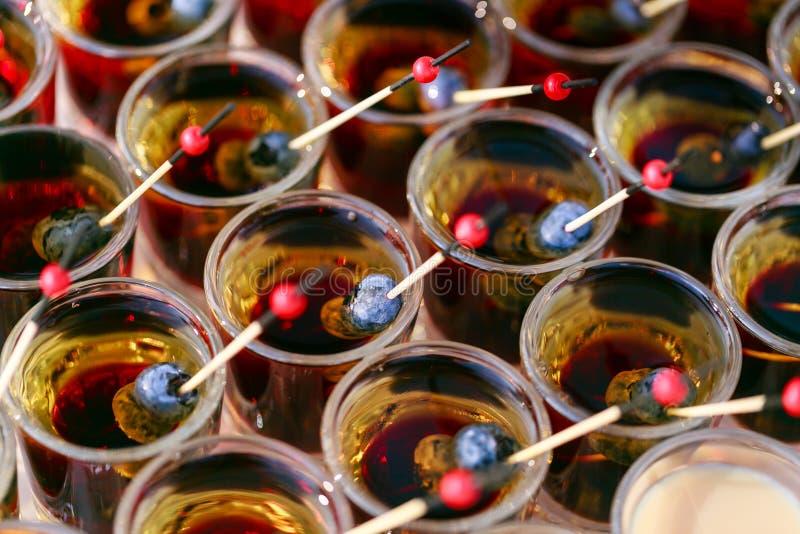 Velen klaar alcoholische drank Geschotene cocktailsstapel met bes Chocoladecocktail en roomlikeur Partij in openlucht royalty-vrije stock foto's