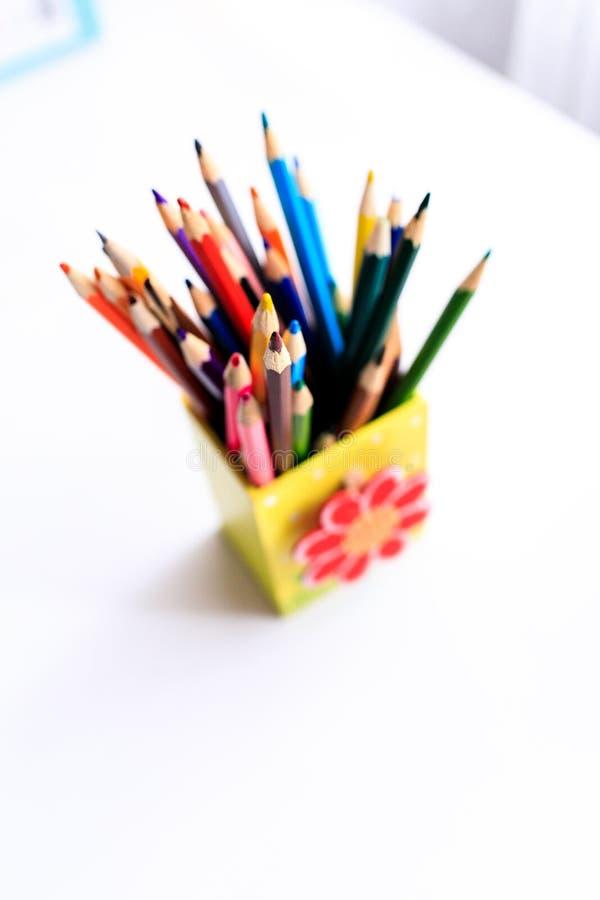 Velen kleuren potloden in leuke doos Het ornament van Kerstmis stock foto