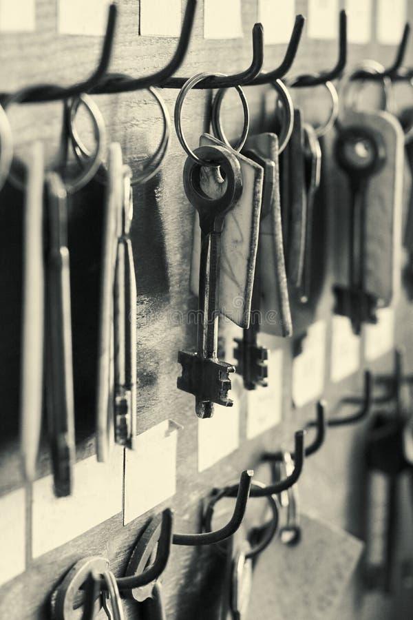 Velen oud metaal sluiten het hangen op de houten muur met lege etiketten royalty-vrije stock fotografie