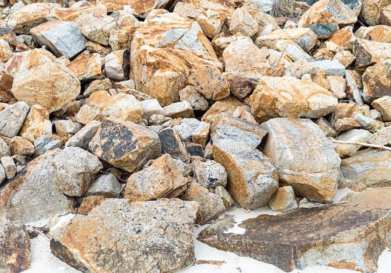 Velen stenen chaotische hoop van basis van de grungetextuur van het zand de wilde strand gevaarlijke stock afbeeldingen