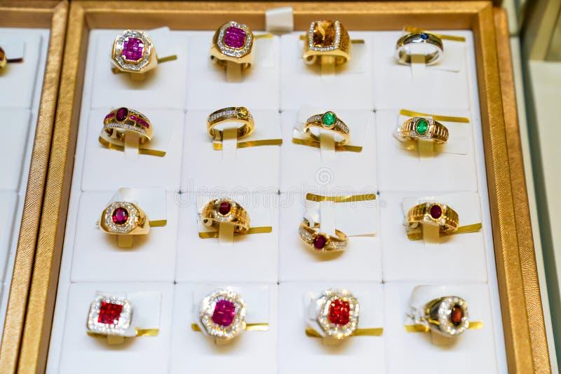 Velen typen gemring jewely schikken op de gouden plaat in de opslag van de doosjewely van de vertoningsspiegel royalty-vrije stock foto